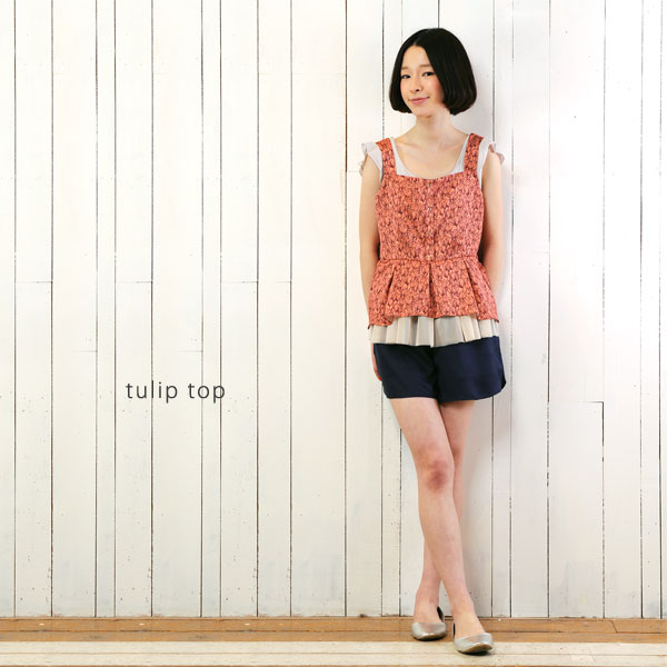 tulip top イラストのチューリップ柄がプリントされた、女の子心をくすぐるぺプラムトップス