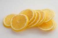 レモンをスライスする。