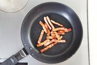 ベーコンをじっくり焼く。