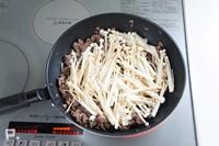 フライパンで牛肉・えのきを炒め、合わせ調味料で味つけする。