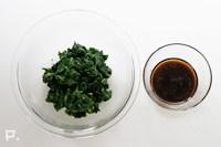 モロヘイヤを粗みじん切りにして、調味料を加えて混ぜ合わせる。