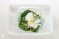 ポリ袋などにツナ以外の材料を入れて軽くもみ、冷蔵庫で冷やして味をなじませる。