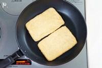 同じフライパンで油揚げをこんがり焼く。