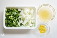 ピーマン・玉ねぎ・レモンの皮を2cm角ぐらいに切る。調味料を合わせておく。