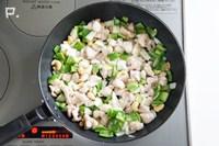 フライパンにごま油・にんにく・しょうが入れて加熱し、カシューナッツ・鶏肉・ピーマン・玉ねぎを炒める。