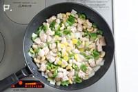 レモンの皮・合わせ調味料を加えて水分を飛ばすように炒める。
