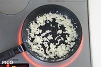 フライパンにバターを熱し、たまねぎをじっくり炒める。