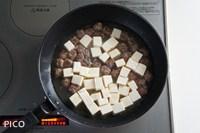 鶏ガラスープを加え、豆腐を切りながら入れてひと煮立ちさせる。