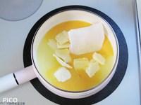 鍋にすべての材料を入れて、弱火で煮る。バターやグラニュー糖が溶けたら、レモンの皮の袋を取り出す。