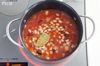 ミックスビーンズ・トマト・コンソメ・水・ローリエを加えて煮立たせる。