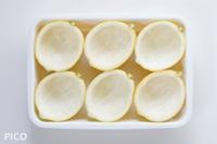 レモンは縦半分に切り、中身をくり抜く。