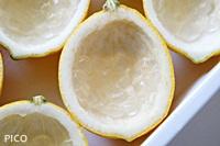 レモンのカップに、細かく切ったアロエを入れる。