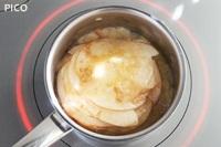 りんごをバター・砂糖・シナモンでソテーする。