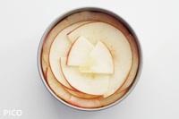 一旦取り出し、りんごをきれいに並べ、さらに170度のオーブンで15分程度焼く。