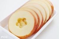 りんごはよく洗って、1cm厚さの輪切りにして芯をくり抜く。切ったものからレモン果汁をなじませる。