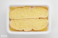 バットなどに�を入れてパンを浸す。