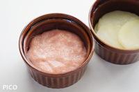 ココットに薄くバターを塗り、じゃがいもを半分の高さまで入れ、たらこを適量のせて広げる。