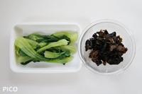 青梗菜は水で洗って、そのままラップで包み、レンジで歯ごたえが残る程度に加熱する。