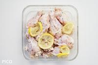 手羽元にすべての調味料をもみ込んで、冷蔵庫で1時間以上おく。