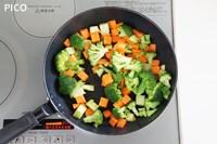 にんじんとブロッコリーはサイコロ状に切って、フライパンで炒め、レモンペッパーで味つけする。