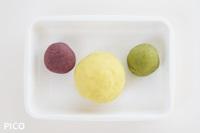 1/8にむらさき芋パウダー、1/8にブロッコリーパウダー、残りにレモンパウダーを混ぜ込む。
