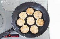 フライパンに油をしき、両面きれいな焼き色がつくまで焼く。