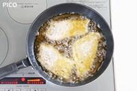 フライパンに油を2cmほど熱し、タラをこんがり揚げ焼きにする。