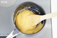 再び火にかけ、弱火で少し練り混ぜて火からおろす。溶き卵を少しずつ加えてその都度よく混ぜる。