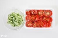 トマトは厚めのスライスに、きゅうり・玉ねぎはみじん切りにする。