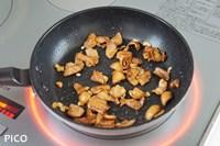 フライパンで鶏皮とにんにくをカリカリになるまで焼く。脂が出てきたらキッチンペーパーなどで拭き取る。