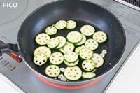 フライパンにオリーブオイルとにんにくを熱し、ズッキーニを炒める。