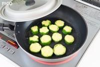 小麦粉を薄くまぶして、フライパンで両面に焼き色がつく程度に焼く。
