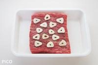 牛肉は室温に1時間くらいおく。塩・こしょうを振って、にんにくをスライスしたものを両面にはりつけて、さらに30分程度おいておく。