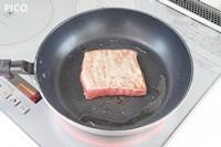 フライパンに油を熱し、強火で両面、側面に焼き色をつける。