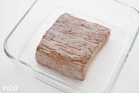 耐熱容器に入れて、ラップをかけずにレンジで1分半加熱する。肉の厚さによって時間は変わります。