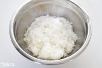 ごはんにレモン果汁と砂糖を加えて、切るようにして混ぜる。