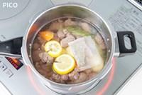 野菜と★の材料を加えて、煮立ったら牛肉を戻す。フタをして約7分加圧する。