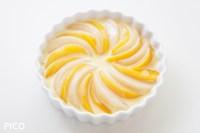 耐熱皿に桃を並べて、生地を7〜8分目まで入れる。160度のオーブンで約20分焼いたら出来上がり♪