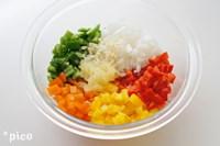 ホタテは大きければ適当な大きさに、ピーマンと玉ねぎは1cm角くらいに切る。にんにくはみじん切りにする。