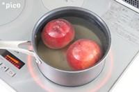 鍋にすべての材料を入れて、桃がかぶるくらいの水を加えて加熱する。沸騰したらフタをして弱火で約10分煮る。火を止めてそのまま冷めるまでおいておき、包丁を使わないで皮をむく。
