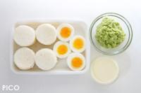 食パンは1枚につき4枚、計16枚型抜きする。ゆで卵は横にスライスする。アボカドは果肉を取り出し、フードプロセッサーなどで細かくして、レモン果汁と塩・こしょうで味をつける。★の材料を混ぜ合わせてレモンマヨを作る。