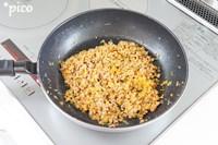 フライパンを熱し、ひき肉・玉ねぎ・にんじん・ピーマンを炒めて、ケチャップ・塩・こしょうでしっかり味をつける。