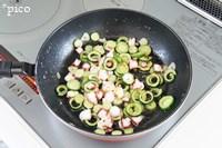 フライパンにオリーブオイルとにんにくを熱し、にんにくが色づいたら取り出す。きゅうり→タコの順に炒めて、塩・こしょうで味をつける。最後にレモンの皮を加えてサッと混ぜたら出来上がり♪