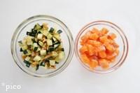 サーモンとズッキーニは1cm角に切る。フライパンに油(分量外)を熱し、ズッキーニとクルミを炒め、塩・こしょうで味つけする。