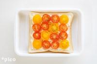 食パンに溶けるチーズを敷きつめ、トマトを並べて軽く塩を振る。トースターに入れ、チーズが溶けて少し焼き色がつくまで焼く。