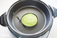 ホットプレートを170度に温め、油を塗った丸い型を置く。生地を流し込んで、片面が焦げない程度に焼いたら、型を外して裏返す。火が通るまで焼いたら出来上がり♪