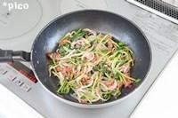 玉ねぎは薄くスライスし、ほうれん草はざく切りにする。フライパンに油を熱し、玉ねぎを焦がさないようにじっくり炒める。ほうれん草とコンビーフを加えて炒め、塩・こしょうで味つけする。