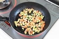 エビはぶつ切りに、ズッキーニは1cm角程度に切る。フライパンに油を熱し、エビとズッキーニを軽く炒めて、塩・こしょうで味つけする。
