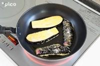 ★の材料を混ぜ合わせた卵液に、ナスをくぐらせて、フライパンで両面こんがりきつね色になるまで焼く。仕上げに粉チーズ、パセリを散らしたら出来上がり♪