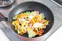 フライパンにオリーブオイルを熱し、パンチェッタと野菜を炒める。
